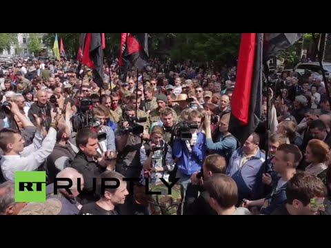 "Ukraine: Right Sector threaten ""war"" outside Poroshenko's administrative building"