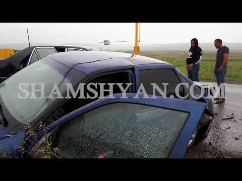 Արթիկ քաղաքի գաղութի ճանապարհին բախվել են Mercedes-ն ու Opel-ը. վերջինն էլ բախվել է բետոնե սյանը