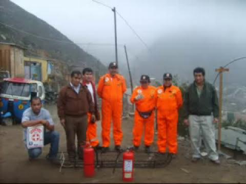 brigadistas de defensa civil de Villa Maria del Triunfo trabajando en altura