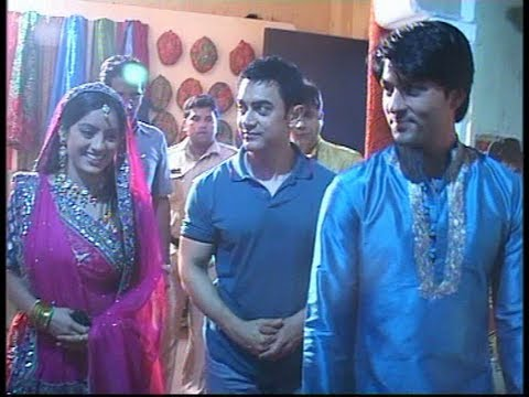 Aamir Khan visits the set of Diya Aur Baati Hum.flv