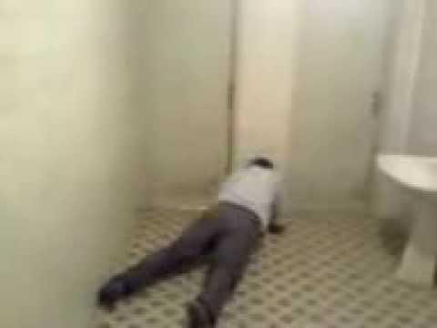 Un cacacios disperat isi ia teapa la o toaleta pubilca!