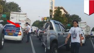 Video viral pria kembalikan sampah ke polisi yang dibuang dari mobil polisi - TomoNews