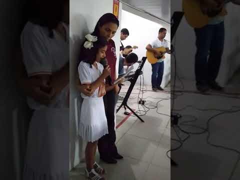 Emanuelle cantando em sua Primeira comunhão ????????????????????????