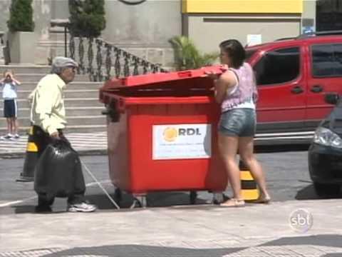 Programa Silvio Santos - Ivo Holanda se finge de cego e suja pedestres