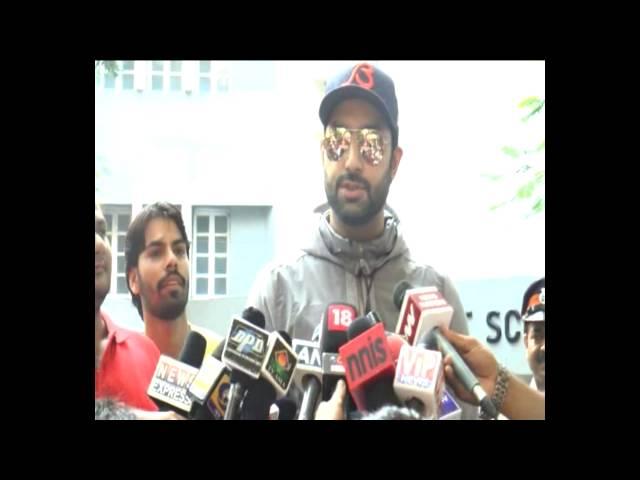 MahaPolls2014:  Abhishek Bachchan And Jaya Bachchan Cast Their Vote