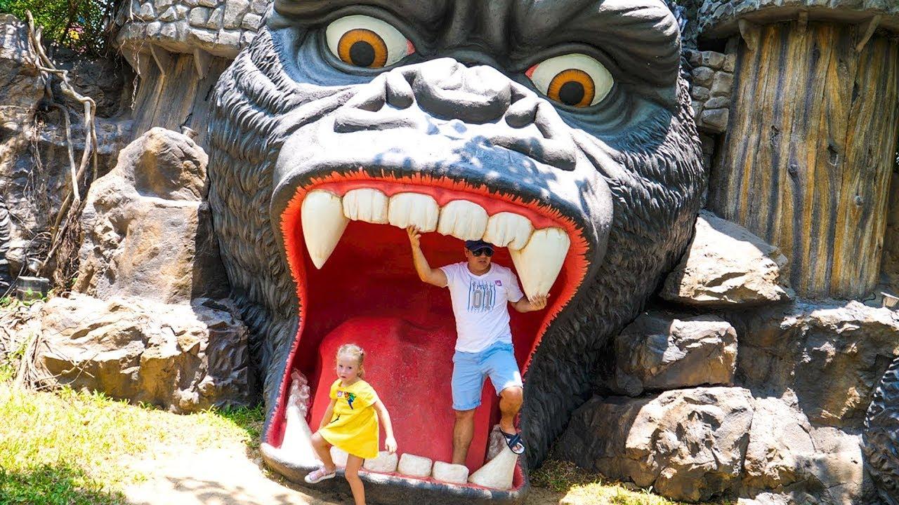 Настя и папа в любимом парке развлечений в Тайланде