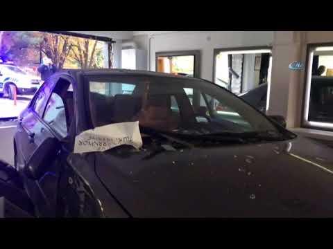 Otomobil Kadın Kuaförüne Daldı, Faciadan Dönüldü