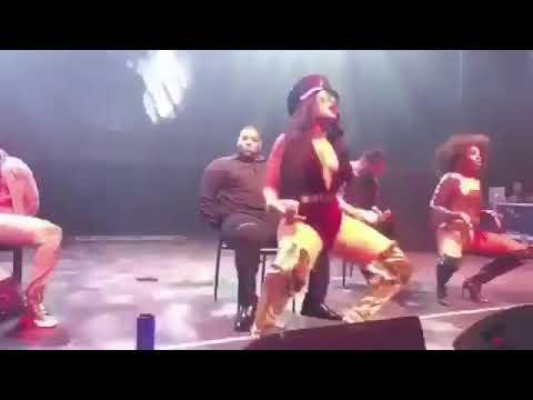 Ashanti twerks at her concert!! #mustsee thumbnail