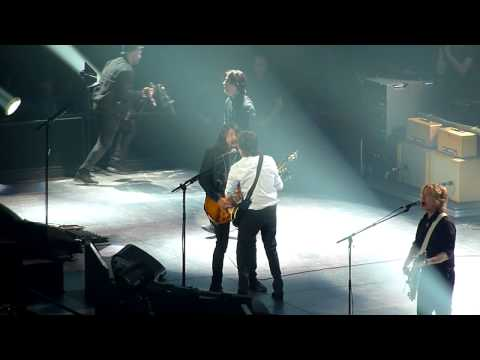 PAUL MCCARTNEY & DAVE GROHL 'I SAW HER STANDING THERE' @ 02 LONDON 2015