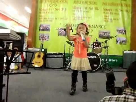 Audy Penyanyi Cilik 's performing APANYA DONG (Cipt. Titiek Puspa) Harmony Aloha Pocan Home Concert