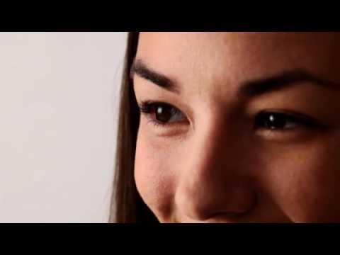 Видео как правильно одевать линзы