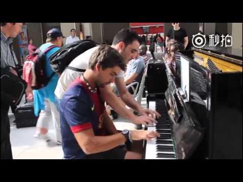 一個小夥子在火車站的鋼琴上默默彈奏電影《無法碰觸》的片尾曲《Una Mattina》,直到有一個背包小哥路過