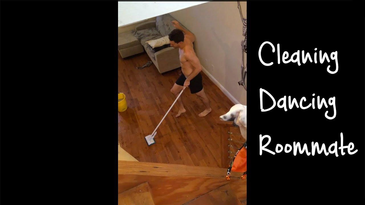 Le coloc qui danse en faisant le ménage
