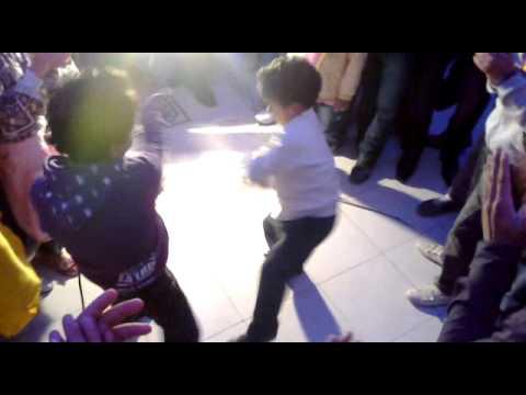 ولد صغير بيرقص على شعبى فظيييييييييع thumbnail