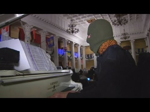 Musical protest: Who is the mystery piano man entertaining antigovernment camp in Ukraine?