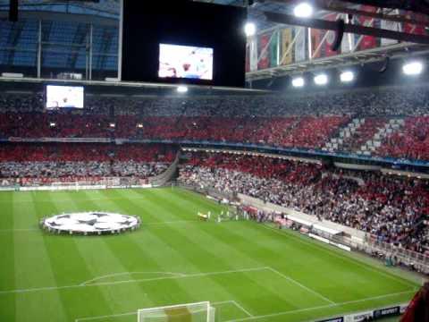 Ajax - Dinamo Kiev opkomst spelers met CL Hymne / sfeer