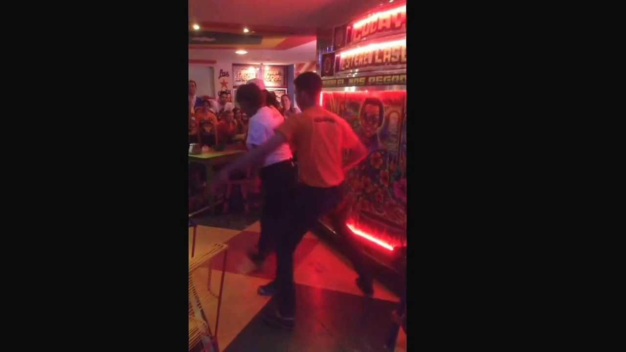 Meseros bailan en el restaurante cucayo en barranquilla for Restaurante terraza de la 96 barranquilla