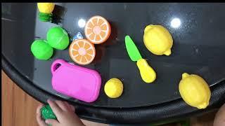 Thanh niên 2 tuổi bổ hoa quả siêu đáng yêu