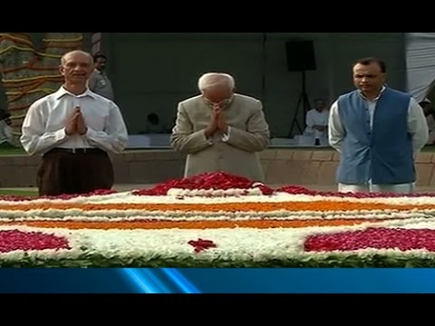 Vice President Hamid Ansari pays tribute to Mahatma Gandhi at Vijayghat