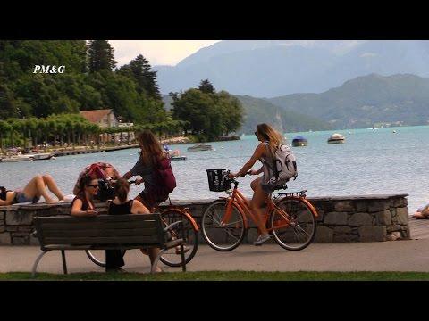 La capitale de la Haute-Savoie, Annecy est une ville d'art avec une merveilleuse unité architecturale. Flâner dans la vieille ville d'Annecy est un vrai régal. Avec des canaux pittoresques,...