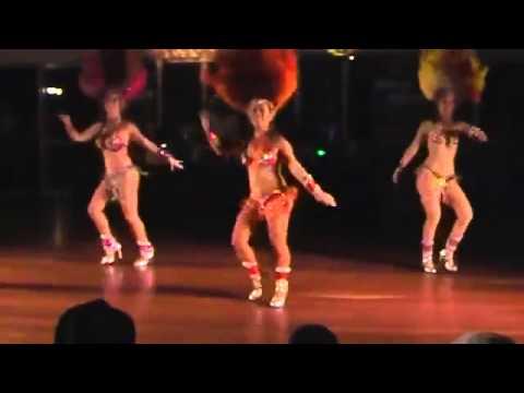 Actuación de samba. chicas bailando