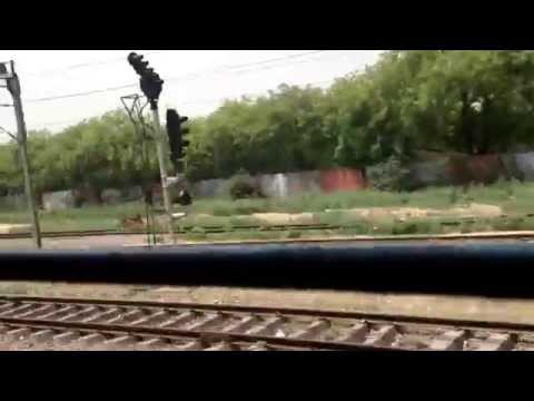Perjalanan Keretapi India dari New Delhi ke Agra (Indian Train Journey from New Delhi to Agra).