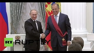 Russia: Putin presents Lavrov with