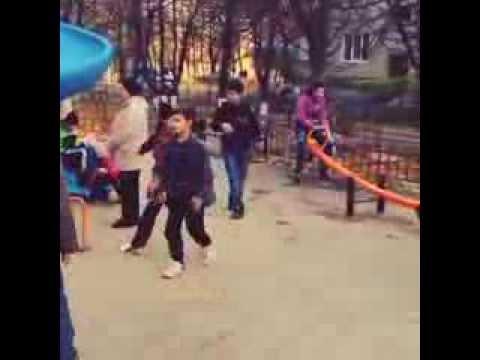 Малышня дорвалась до новой детской площадки в Москве