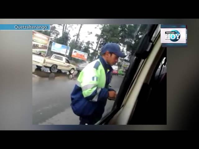 Video evidencia acción anómala de agente de tránsito