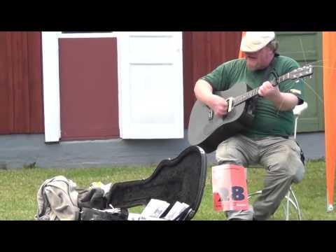мужик с крутым хриплым голосом очень круто поет с гитарой !