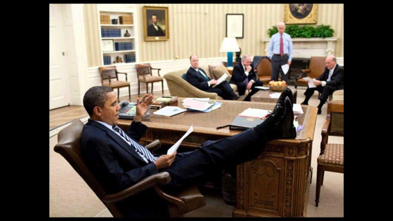 Сидит в рабочем кабинете 11 фотография