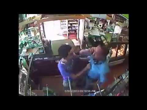 فيديو: موظف من إدارة الأطفال في نيويورك يعتدي على يمني في محله