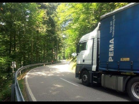 Закончилось топливо на горной дороге в Германии. Приехала полиция