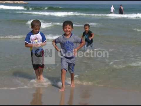 MIDEAST: GAZANS ENJOY THE BEACH DURING CEASE-FIRE
