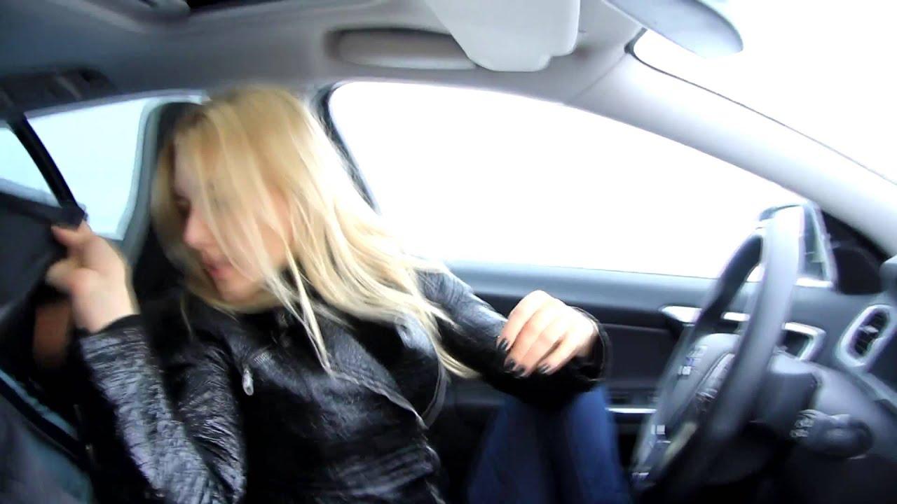 Смотреть онлайн девушка переодевается в автомобиле 2 фотография