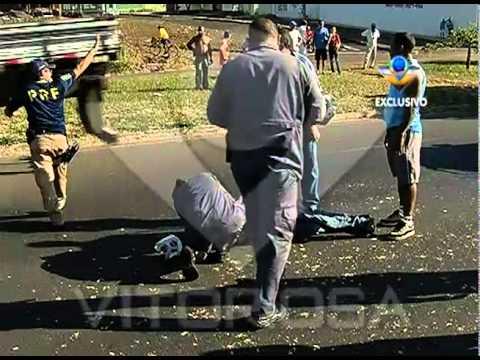 Homem fica ferido após ser atropelado por um carro