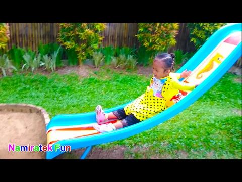 Memakai Baju Frozen Mainan Anak Perosotan serta Main Balon Bersama Mama Bermain Ayunan