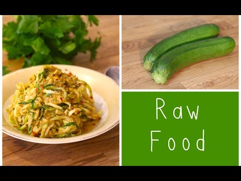 Raw Food / Zucchini-Spaghetti in Orangen-Curry-Sauce / LadyLandrand