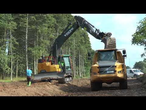 Volvo grävmaskin lastar en Volvo Dumper Augusti 2017