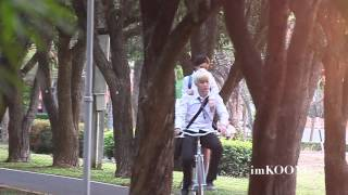 (fancam) AOMike @ filming KISS ME (Ride a bicycle scenes)