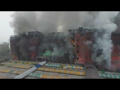 Las Malvinas: edificio continúa en llamas