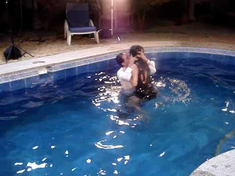 Cuento sin hadas en la piscina ricardo briones y for Se hacen piscinas