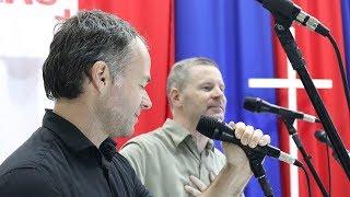 Christopher West e Mike Mangione cantam One do U2