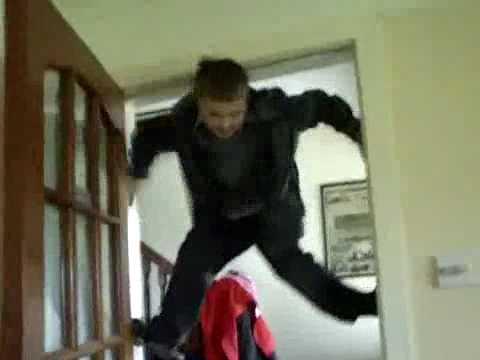 Niños - Escalando por una puerta