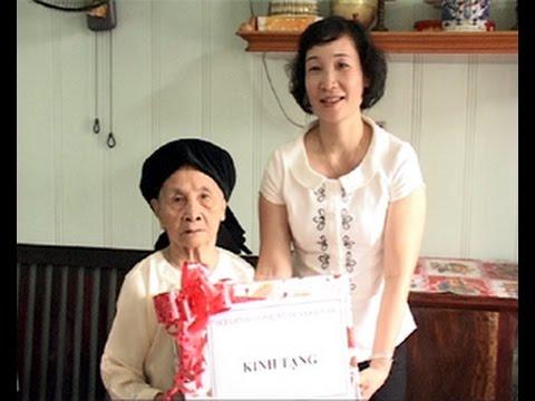 Hội LH phụ nữ quận tặng áo ấm cho 2 mẹ VN anh hùng  Phạm Thị Nhung và Nguyễn Thị Dấng