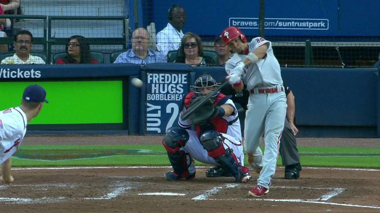 PHI@ATL: Hernandez hits an RBI single to right field