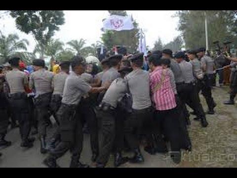 Berita 14 Oktober 2015 VIDEO Bentrok Antarwarga di Aceh Singkil, Anggota TNI Kena Lemparan Batu