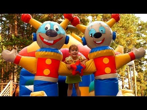 ПАРК РАЗВЛЕЧЕНИЙ ОГРОМНЫЙ БАТУТ Большая Надувная Горка и лабиринт Детская ПЛОЩАДКА для Детей