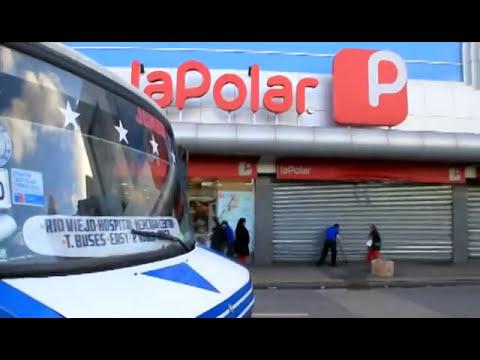 Micro terminó incrustada en tienda La Polar de Chillán