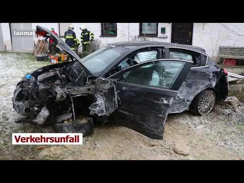 Auto bei Verkehrsunfall in Hartkirchen gegen Baum und Garage gekracht und in Garten gelandet